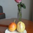 """Po lewej granadilla czyli marakuja, owoc o twardej skorupce z miękkim miąższem w środku o smaku agrestu. Po prawej pepino dulce zwany po polsku """"psianka melonowa"""". Nie porywa smakiem."""